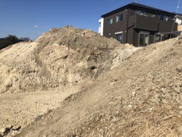 東海市の宅地造成工事風景。木と草で蔽われていた土地は、伐採され土の見える状態に。