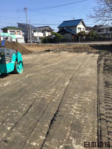 愛知県愛西市にて農地転用・造成工事を致しました。整地するにあたって大量に生えてしまっている雑草をハンマーナイフモアという芝刈機に刈り取り撤去していきます。雑草を撤去しましたら雑草が生えてこないよう1tローラー車にて転圧をかけていきます