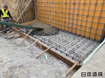 擁壁工事は、土の圧力を計算して組み立てられますが、厚み高さに対してベースの長さ、厚みがとても重要となります。