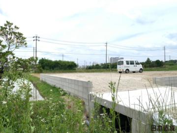 愛知県長久手市にて造成工事・水路橋工事が完成致しました。田畑から宅地造成工事を行います。用水路の上に車の出入りができるよう、橋を設置。コンクリート打設をし、デッキプレートを採用・配筋を組みコンクリート打設を行う流れです。敷地の外周にはCBブロックを設置。最後に整地して完成です。日本造成 愛知県名古屋市本店、名東店名東区